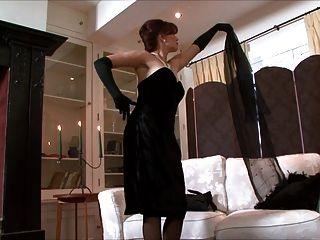 होली चुंबन - एक महिला सभी काले कपड़े पहने!