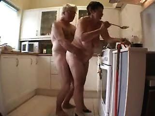 पुरानी जोड़ी रसोई में मज़ा आ रहा है