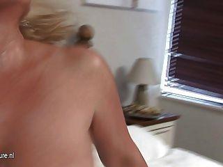 गर्म बड़ी छाती दादी उसे बिस्तर पर खेल