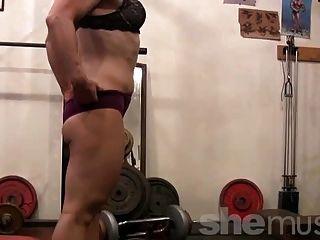 परिपक्व गोरा जिम में पैर काम करता है