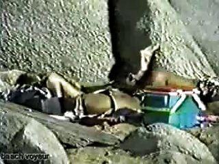 समुद्र तट सेक्स वीडियो: गधा चाट
