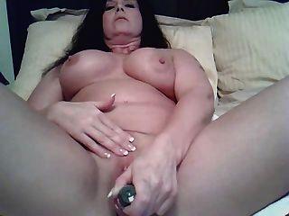 एमआईएलए कैम पर masturbates