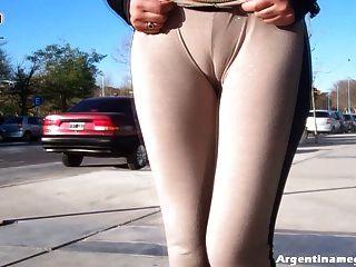 वाह!गर्म लैटिन गधा लड़की सार्वजनिक रूप से देखने के माध्यम से पैंट पहने हुए!