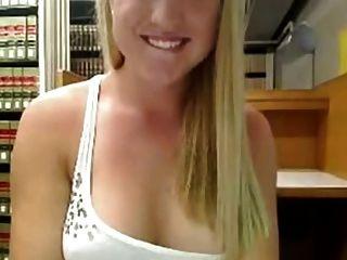 पुस्तकालय में प्यारा गोरा masturbates