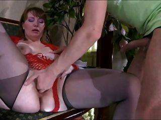 चाक-पुरुष और saggy स्तन के साथ मीठा सुंदर माँ
