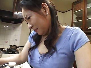 रसोई घर में माँ
