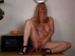 रसोई घर में बड़े स्तन हस्तमैथुन के साथ परिपक्व