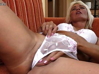 सेक्सी दादी खुद के साथ खेलने के लिए प्यार करता है