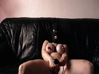 मेरे clamped स्तन और प्लग के साथ हस्तमैथुन