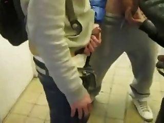 सर्कल झटका और सार्वजनिक शौचालय में wank
