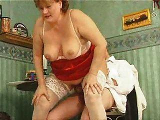सफेद मोजा में दादी