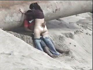 लातीनी जोड़े को समुद्र तट पर पकड़ा