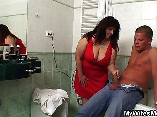 कानून में मोटा माँ बाथरूम में ले जाता है