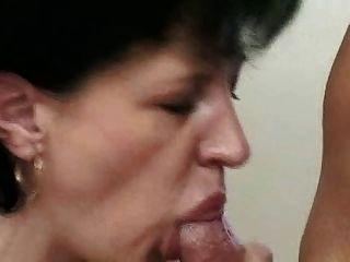 मोज़ा में milf मुर्गा washes और यह fucks