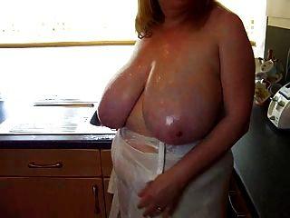 रसोई घर में उसके बड़े स्तन के साथ सेक्सी बीबीडब्ल्यू परिपक्व खेलने