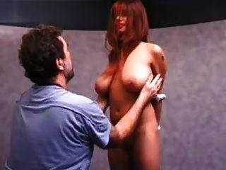 बड़े स्तन के साथ लड़की तैसा थप्पड़ मारा हो रही है