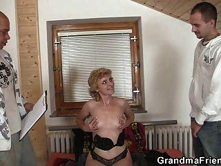 अकेला दादी उसे बिल्ली देता है