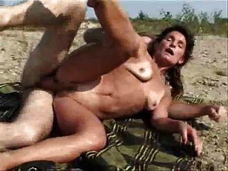 पत्नी और पति नदी के पास बकवास