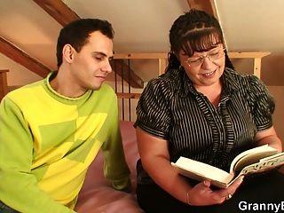 वसा परिपक्व कोई किताबी कीड़ा बहकाया और युवा लड़के द्वारा गड़बड़ हो जाता है