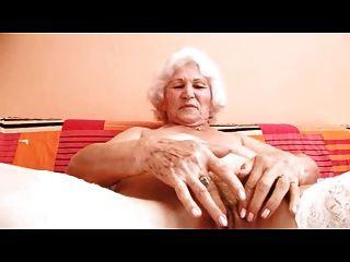 एक बदलाव के लिए दादी नोर्मा उंगलियों
