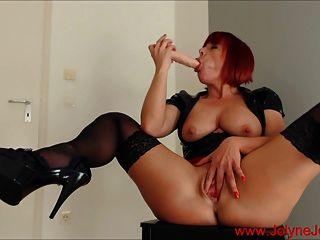 गर्म रेड बुत औरत एक बड़ा dildo के साथ हस्तमैथुन