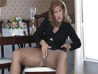 Sammi Pantyhose 090 में masturbates