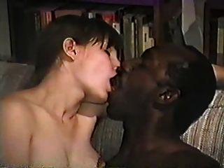 सोन्या एक और काले प्रेमी के साथ हो जाता है