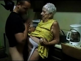पुराने दादी एक युवा आदमी द्वारा गड़बड़ हो जाता है