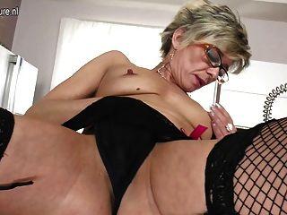 सेक्सी बूढ़ी दादी अभी भी खुद के साथ खेलने के लिए प्यार करता है