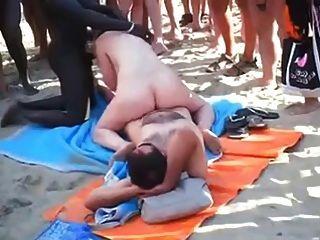 दृश्यरतिक समुद्र तट - सबके सामने समुद्र तट पर समूह सेक्स।