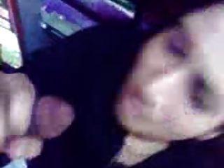 बहरीन से अरबी महिला एक दुकान में मुर्गा और दिखा स्तन चूसने