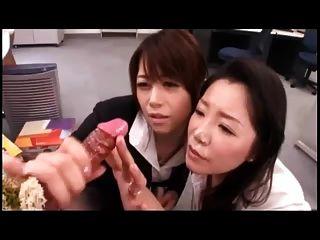 जापानी लड़कियों w खेलते हैं।सह शूटिंग डिल्डो