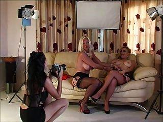 ऊँची एड़ी के जूते और मोज़ा में 3 ladys फोटो के साथ शूटिंग