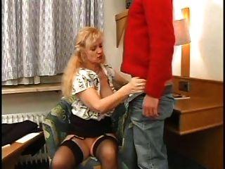सेक्सी माँ N85 गोरा एक युवक के साथ परिपक्व