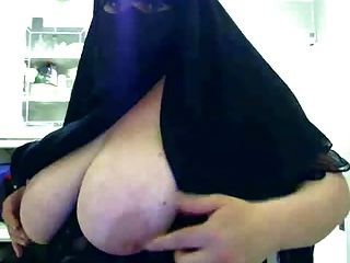 हिजाब महिला को उसके बड़े स्तन दिखा