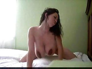 बिस्तर बड़ा बिस्तर पर नग्न स्तन पर नग्न बड़े स्तन