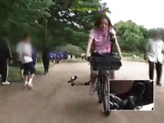 जापानी छात्रा एक संशोधित साइकिल पर masturbates