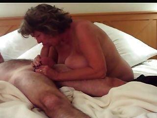 बड़े स्तन deepthroats और handjobs परिपक्व