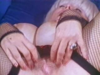 बिग tittied दादी कैंडी नमूने masturbates