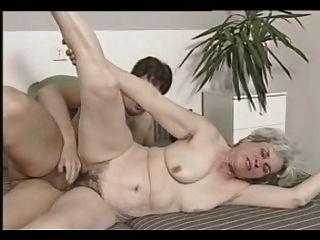 ग्रे बालों वाली दादी त्रिगुट