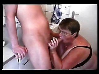 बीबीडब्ल्यू दो युवकों के साथ परिपक्व