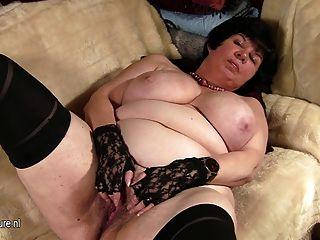 बड़े titted दादी उसे पुराने योनी दिखा