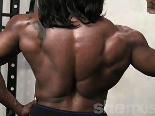आबनूस महिला मांसपेशियों