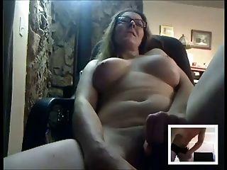 सेक्सी परिपक्व कैम पर किसी के लिए masturbates