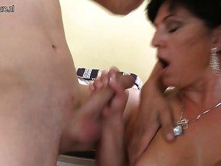 बिग छाती फुहार परिपक्व माँ के लिए दो जवान लंड