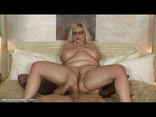 सेक्सी बीबीडब्ल्यू एमआईएलए उसे गधे में विशाल मुर्गा लेता है