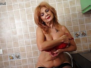 सुपर गर्म दादी गर्म शरीर और Masturbates चलता