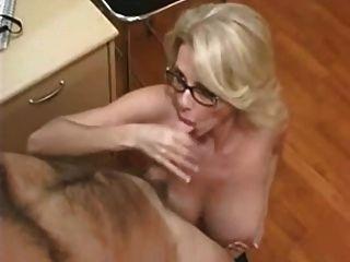 अद्भुत विशाल स्तन के साथ सुंदर माँ