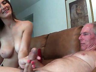 लड़की को उसके चाचा एक handjob WF नहीं देता