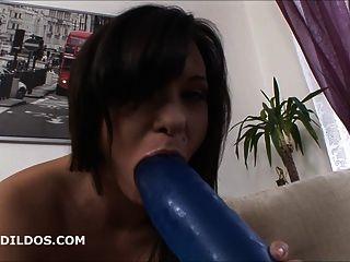 बेब anally HD में एक बड़ी नीली क्रूर dildo के साथ gaped हो जाता है